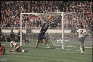 Hurst'ün bu pozisyonu gol değeri kazansa da tartışmalar çok uzun süre devam etti.